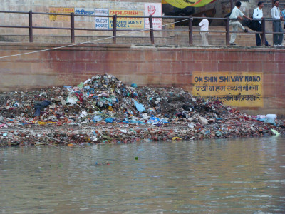 Varanasi-Ganges-Trash-400x300